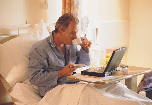 bàn để laptop trên giường (3)